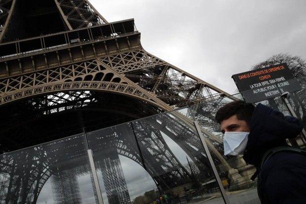 Le 14mars au pied de la Tour Eiffel.