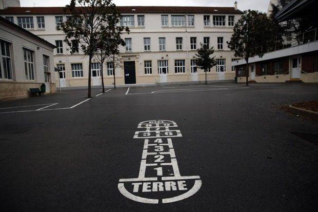 Partout sur le territoire, les crèches, établissements scolaires et universités ont été fermés à partir du 16mars et «jusqu'à nouvel ordre».