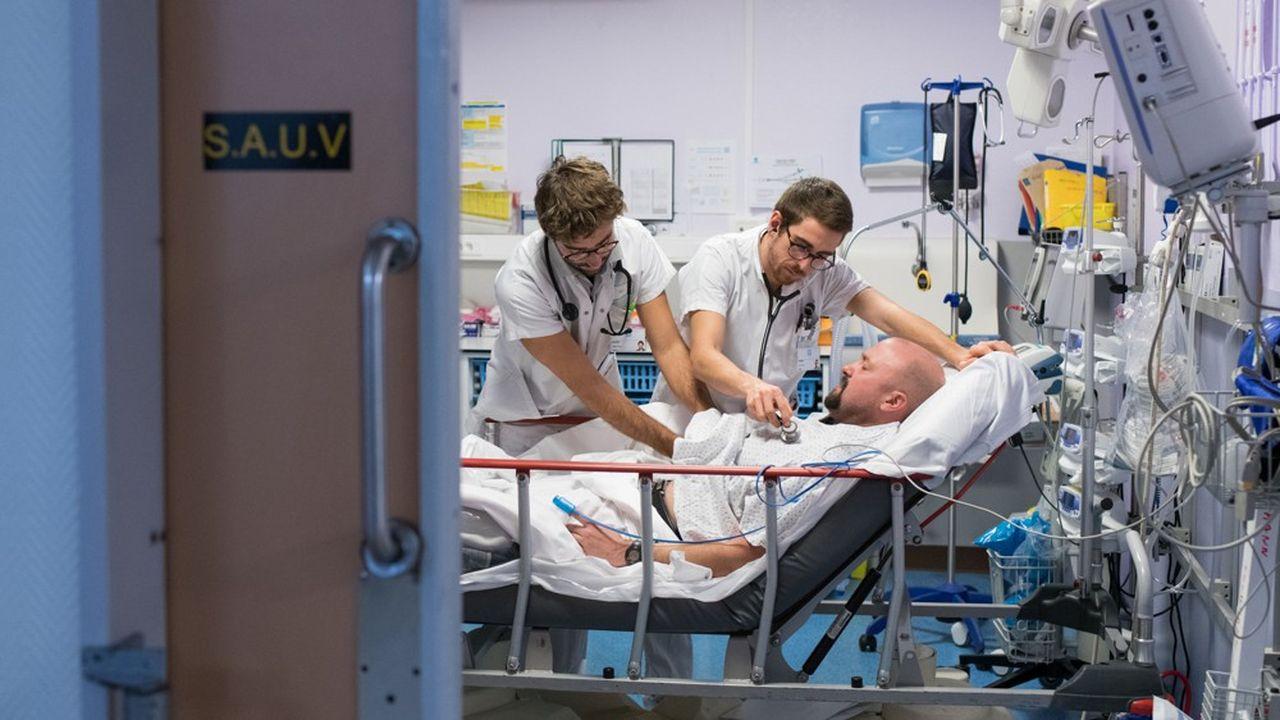 Centre Hospitalier de Lyon Sud, HCL. Service des urgences. Patient, et médecins internes, personnel soignant.