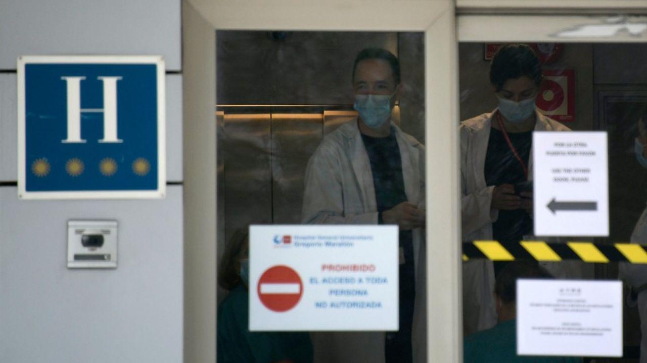 A Madrid, deux premiers hôtels vidés de leurs touristes ont été médicalisés et commencent à accueillir les patients aux profils cliniques les plus légers, pour soulager les hôpitaux.