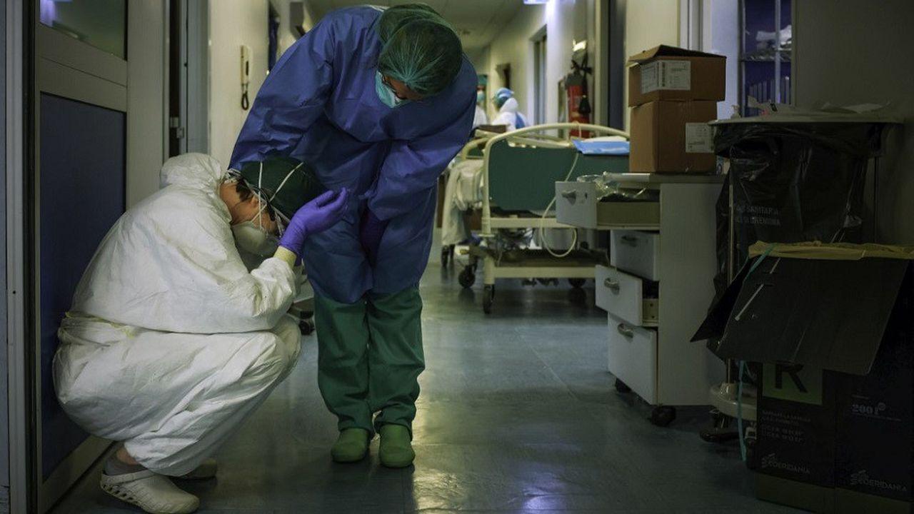 Près de 800 nouveaux décès ont été enregistrés samedi en Italie, où les hôpitaux des régions les plus touchées sont débordés.