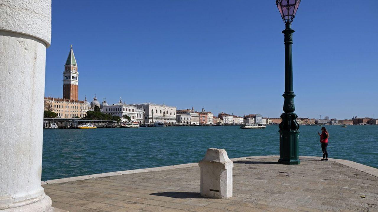 Le canal Saint Marc, emblématique de la ville de Venise, haut lieu du tourisme mondial, est strictement désert, illustrant, le confinement de, désormais, un quart de l'humanité, en attendant pire.