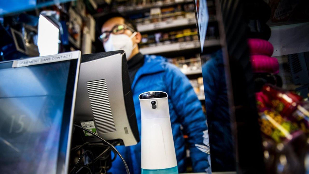 Les achats de masques et de solutions hydroalcooliques font partie des priorités dans les entreprises dont l'activité se poursuit tant que mal.