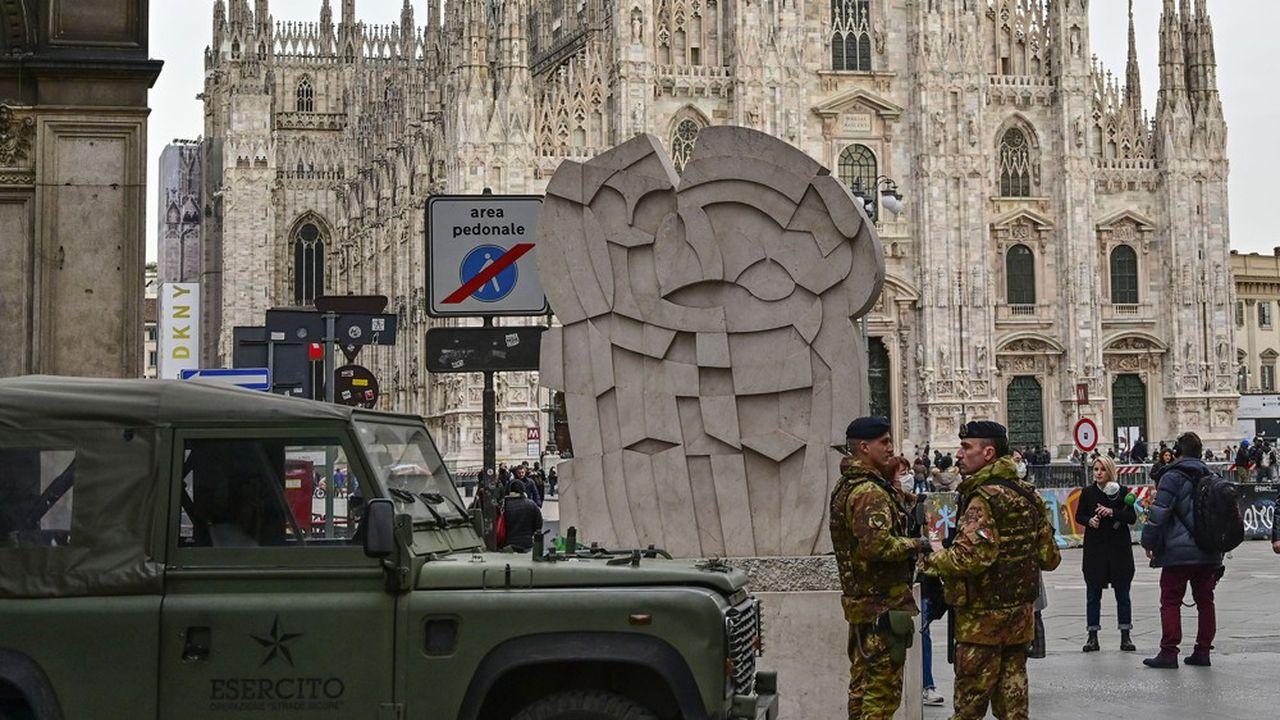 Des soldats italiens ont été déployés dans Milan pour faire respecter les mesures de confinement.