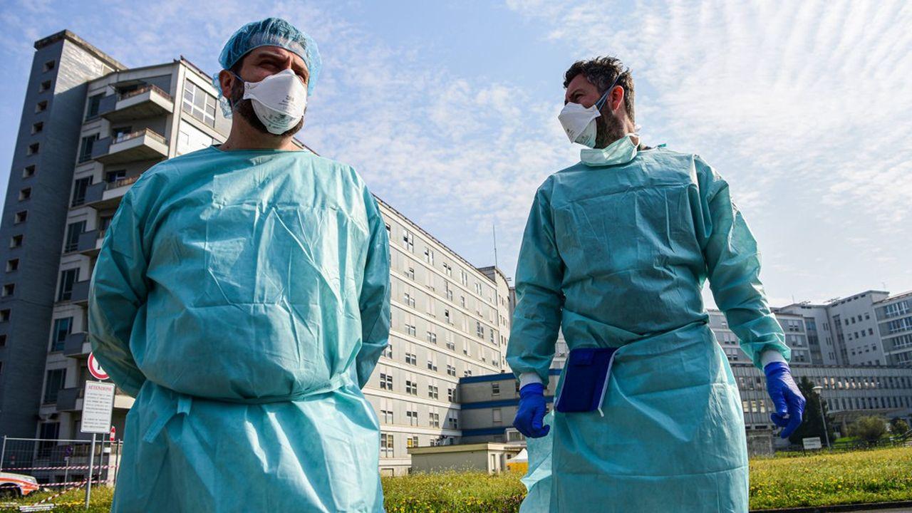 Malgré tout leur dévouement, les médecins italiens, comme ici à Cremone, font face à une épidémie de Covid-19 d'une létalité sans équivalent au monde.