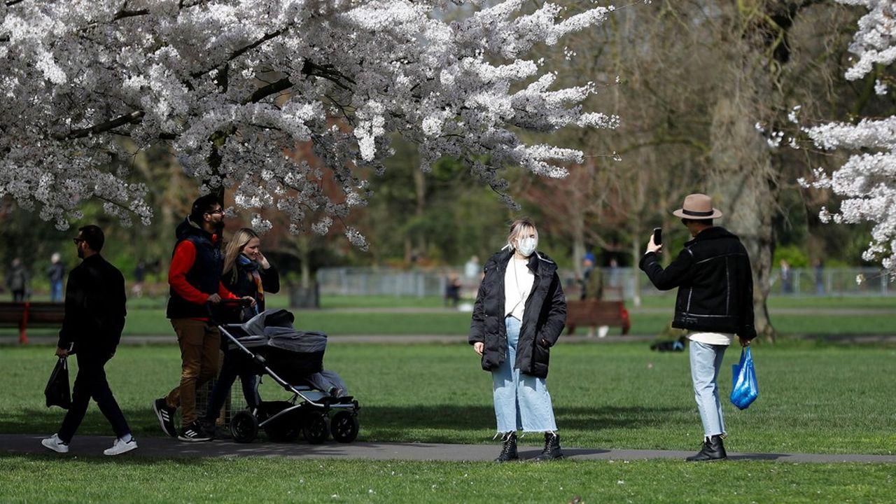 Attirés par le soleil, de nombreux Britanniques sont sortis, ce week-end, se promener dans les parcs, dans les rues et sur les plages, au mépris de l'épidémie. Ici, à Battersea Park, dans le sud-ouest londonien.