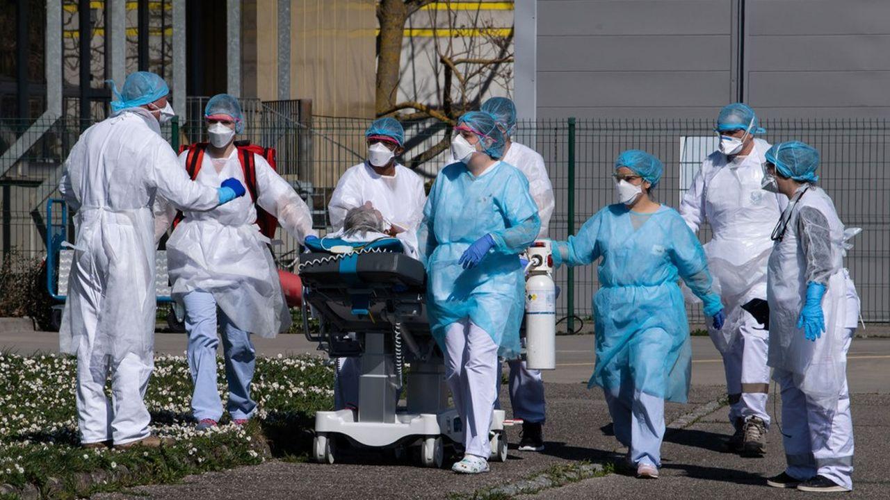 A Mulhouse, certains patients ont dû être évacués par hélicoptère vers d'autres villes et régions.
