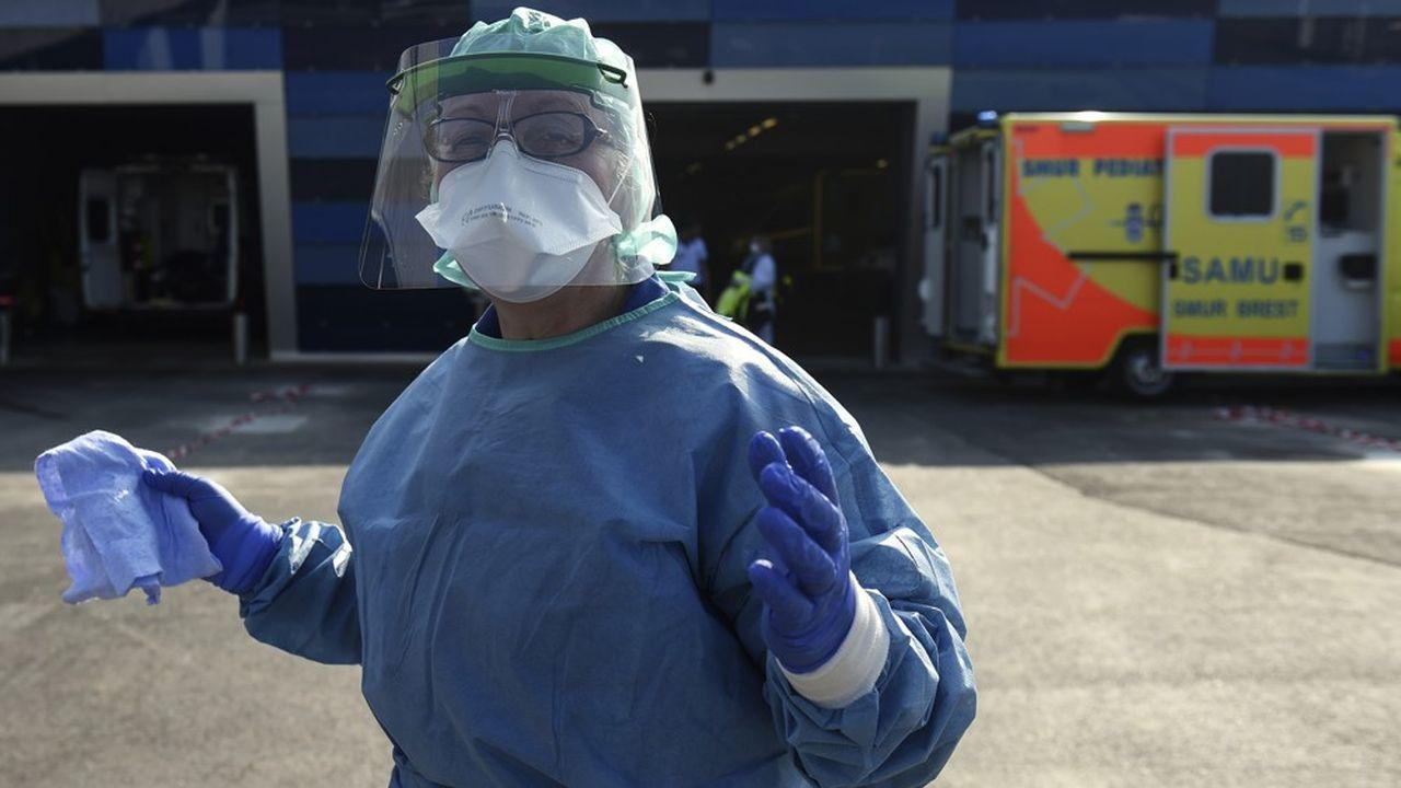 Un anesthésiste devant l'hôpital de Brest.