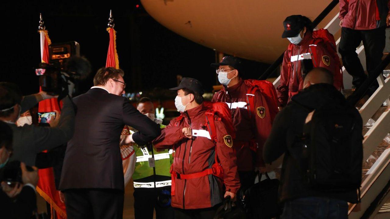 Le 22mars 2020, le président serbeAleksandar Vučić accueille une équipe de médecins chinois à Belgrade.