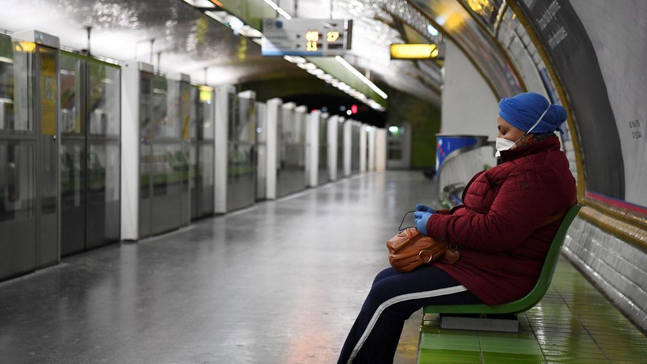 Du fait des mesures de confinement, le nombre d'usagers quotidiens du métro parisien a chuté à5 à 6% du trafic normal.