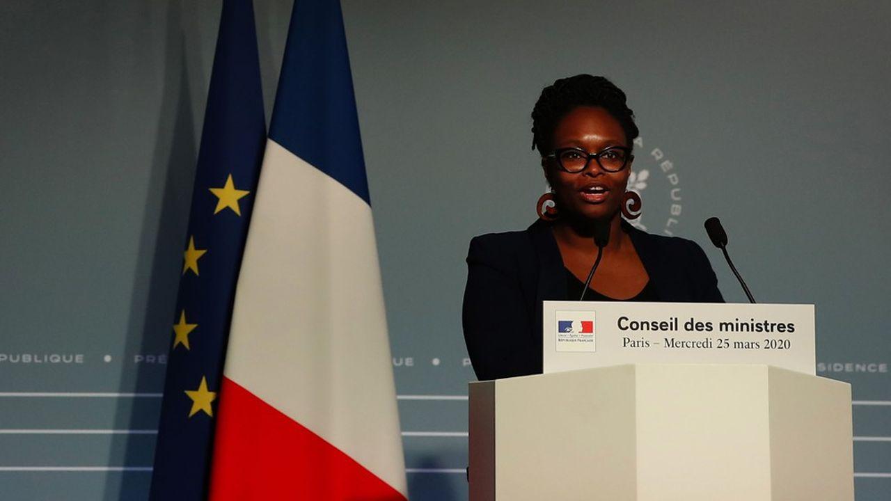 «Il va sans dire que nous n'entendons pas demander à un enseignant qui, aujourd'hui, ne travaille pas, compte tenu de la fermeture des écoles, de traverser la France entière pour aller récolter des fraises gariguette», a déclaré la porte-parole du gouvernement, Sibeth NDiaye, à l'issue du Conseil des ministres. Avant de faire son «mea culpa» sur Twitter.