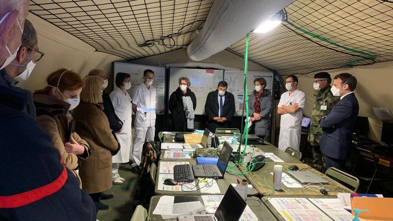 Emmanuel Macron a visité mercredi à Mulhouse l'hôpital militaire de campagne, installé pour lutter contre l'épidémie de coronavirus