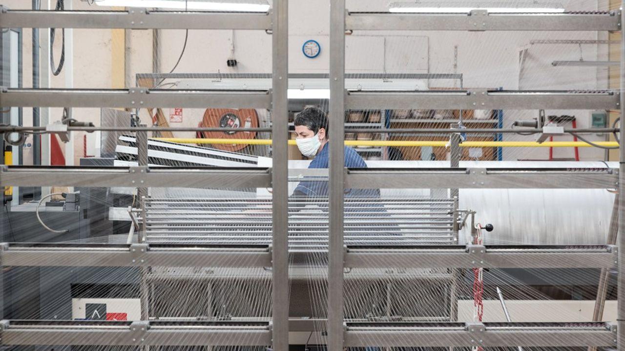 En raison de l'épidémie de coronavirus, l'industrie française tourne à 50% de ses capacités de production normales, estime l'Insee.