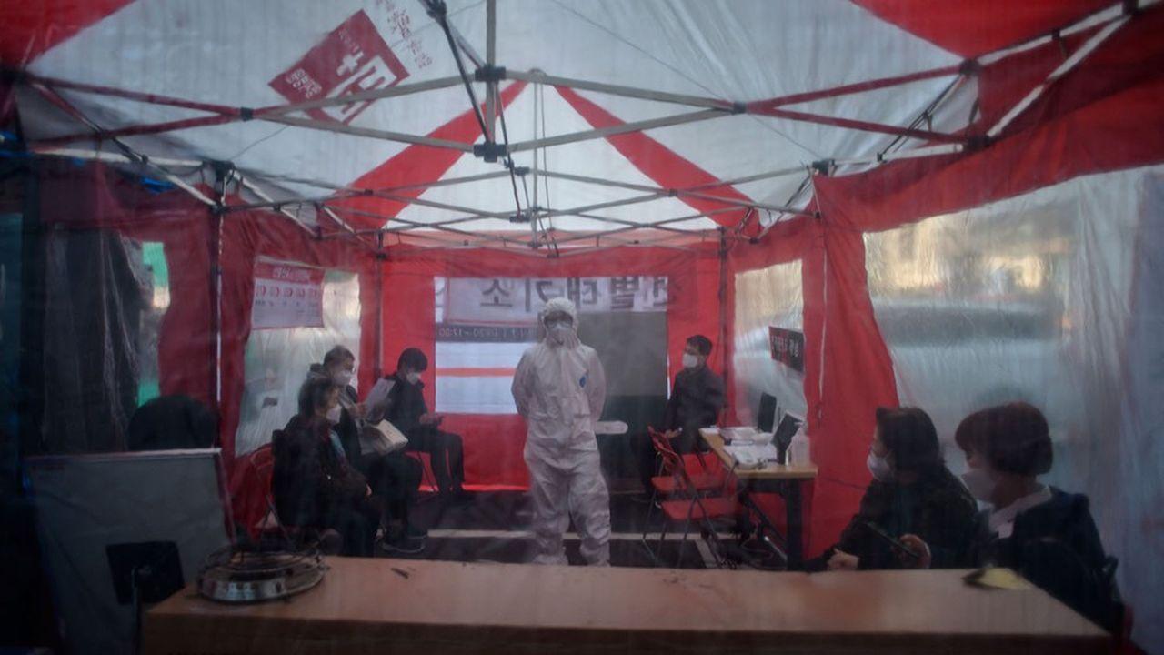 Une station mobile à l'extérieur de l'hôpital Yanghi à Séoul où les gens viennent se faire tester.