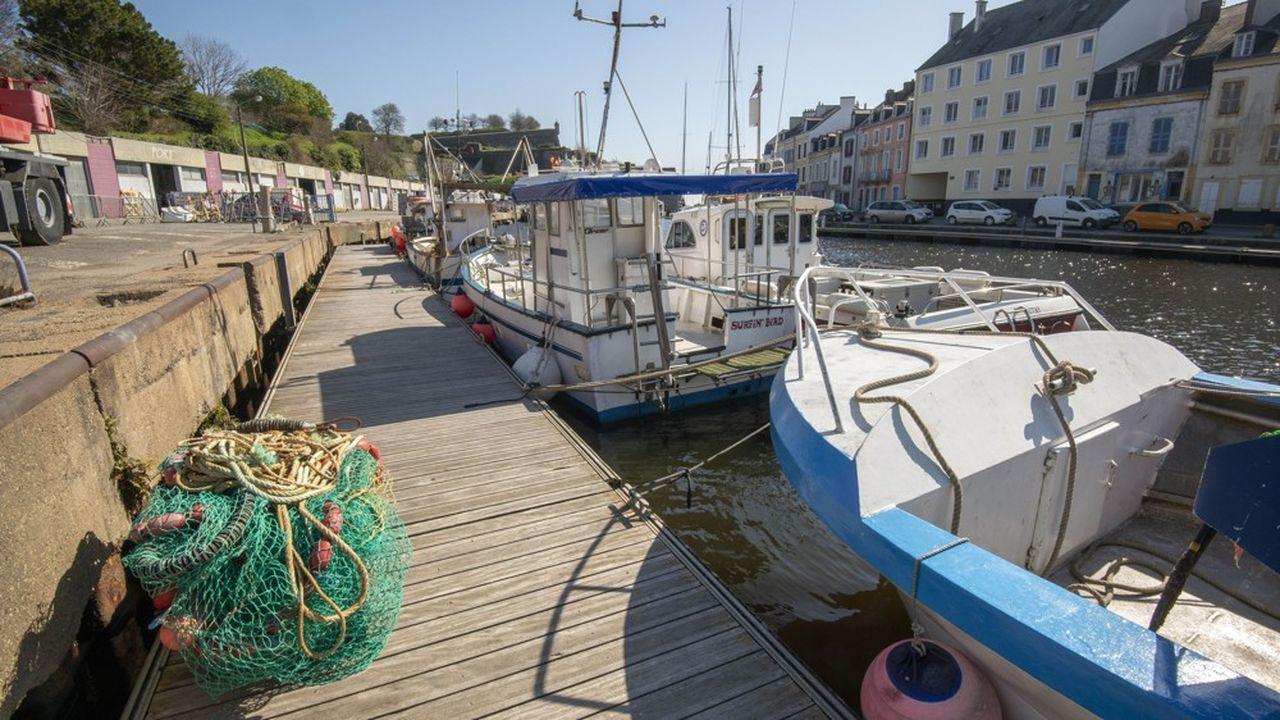 Une très grande partie des bateaux de pêche sont à quai. Dans les Hauts-de-France, presque tous les navires sont à l'arrêt, en Normandie aussi, tandis qu'en Bretagne «quelques navires essaient de braver la contrainte du Covid-19».