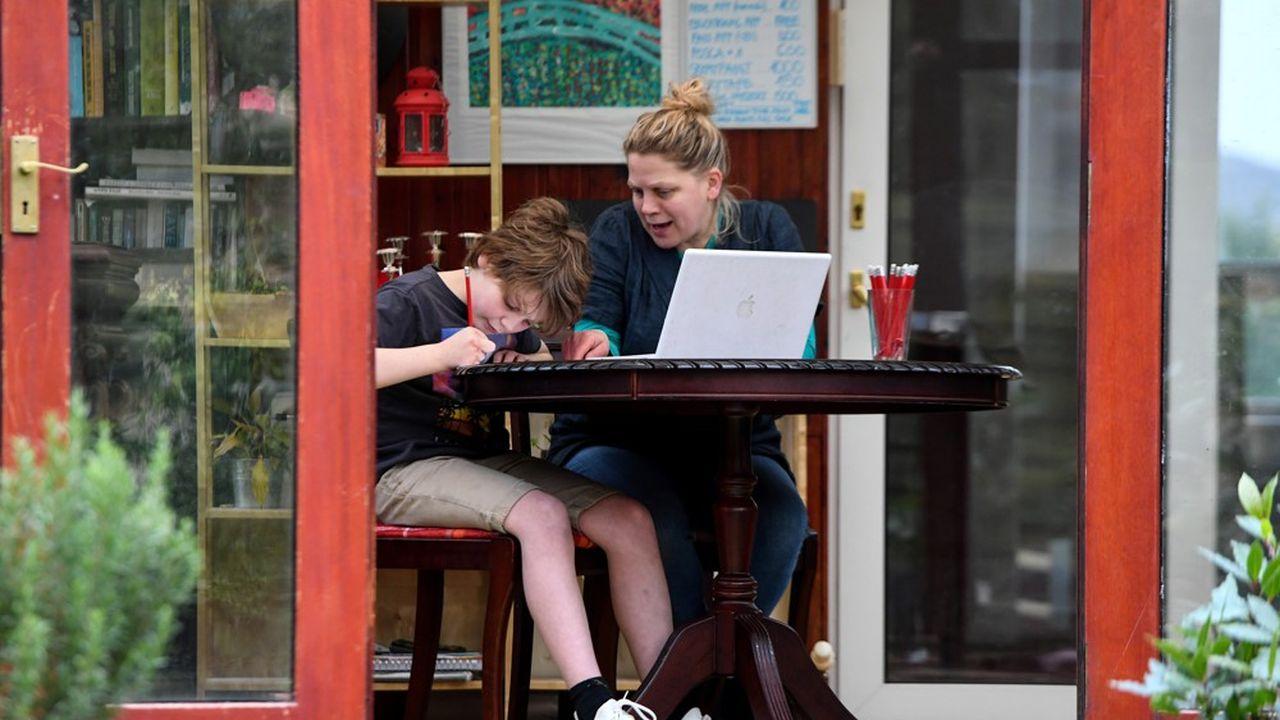 Les salariés ayant de jeunes enfants qui se retrouvent aujourd'hui incapables de télé travailler peuvent bénéficier d'un arrêt de travail.