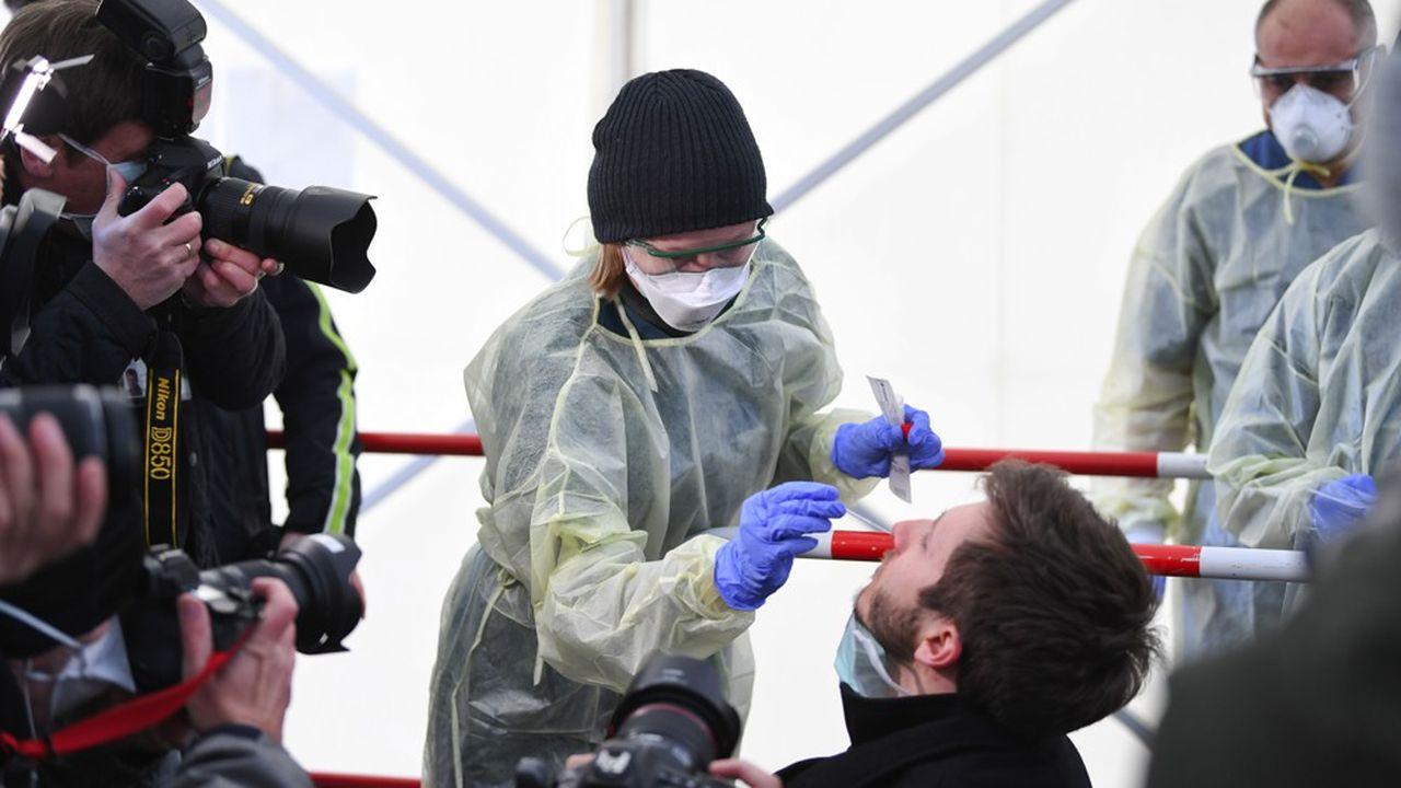 Alors que l'Allemagne effectuait 160.000 tests de façon hebdomadaire il y a une dizaine de jours, le ministère de la santé allemand estime que ce nombre a été porté à «au moins 300.000 cette semaine».