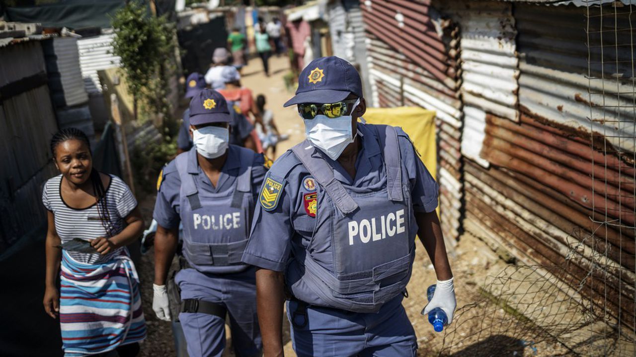 La police a été équipée de masques et de gants pour circuler dans les townships de Johannesbourg. Des volontaires distribuent des savons et des livrets pour expliquer les gestes barrière contre le Covid-19.