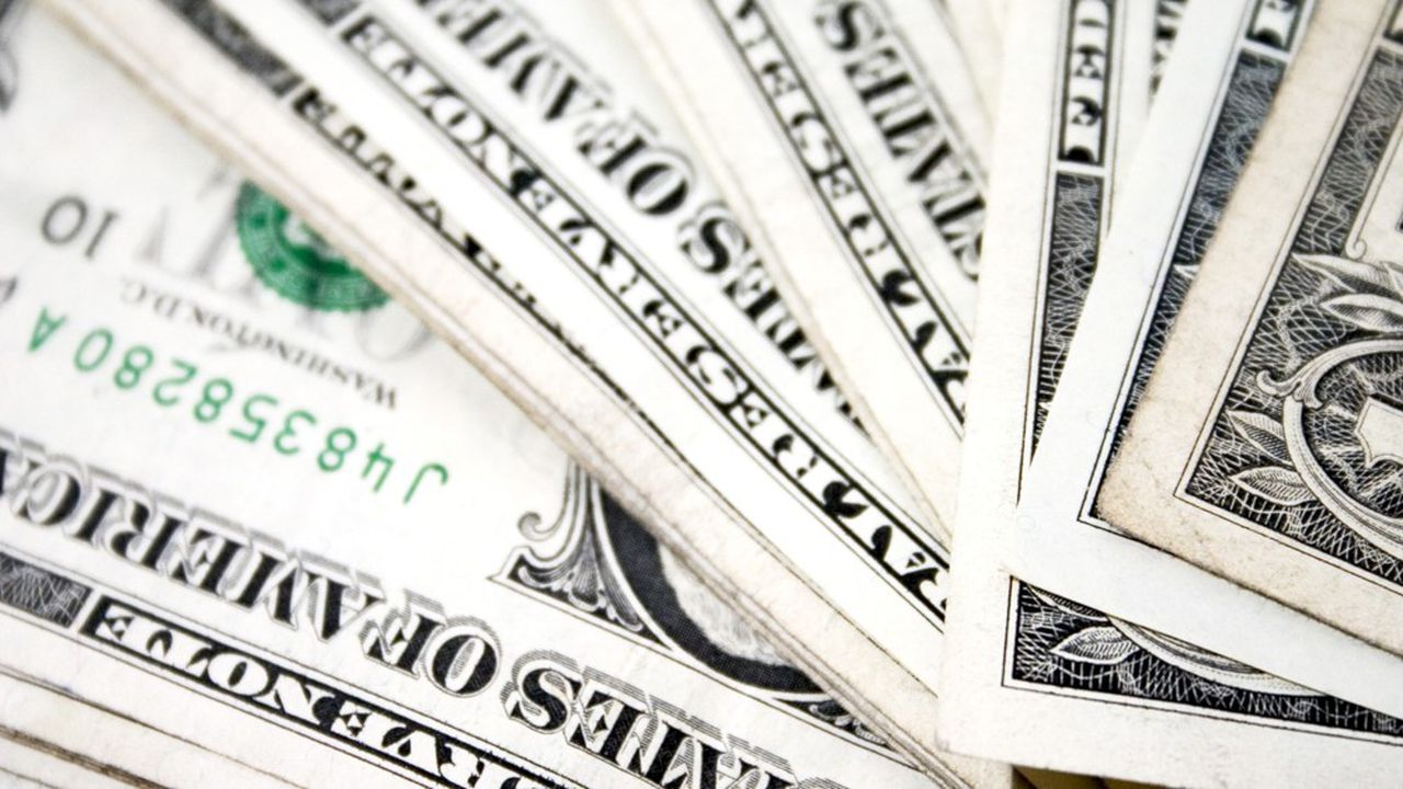 Le dollar avait atteint son plus haut niveau de ces 50 dernières années le 19mars avant de céder du terrain quand le coronavirus a gagné du terrain outre-Atlantique