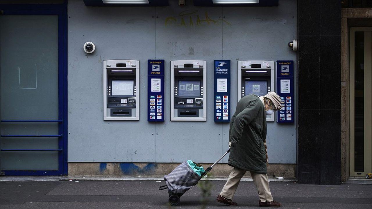 De nombreuses agences bancaires ont provisoirement baissé le rideau ou fortement limité l'accès à leurs locaux.