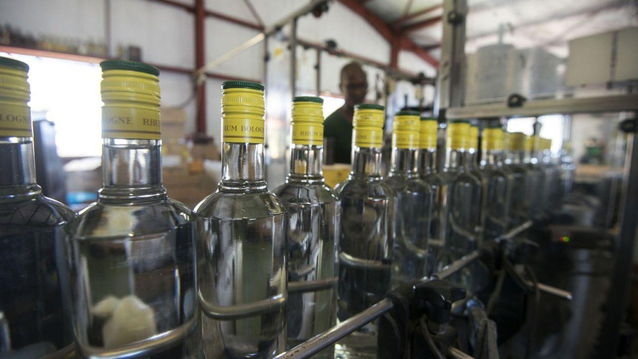 Après le gin, la vodka et le whisky, le rhum. Les distilleries des Départements d'Outre-Mer (DOM) promettent des dons d'alcool pour fabriquer du gel hydro-alcoolique. Certaines se lancent directement dans la fabrication.