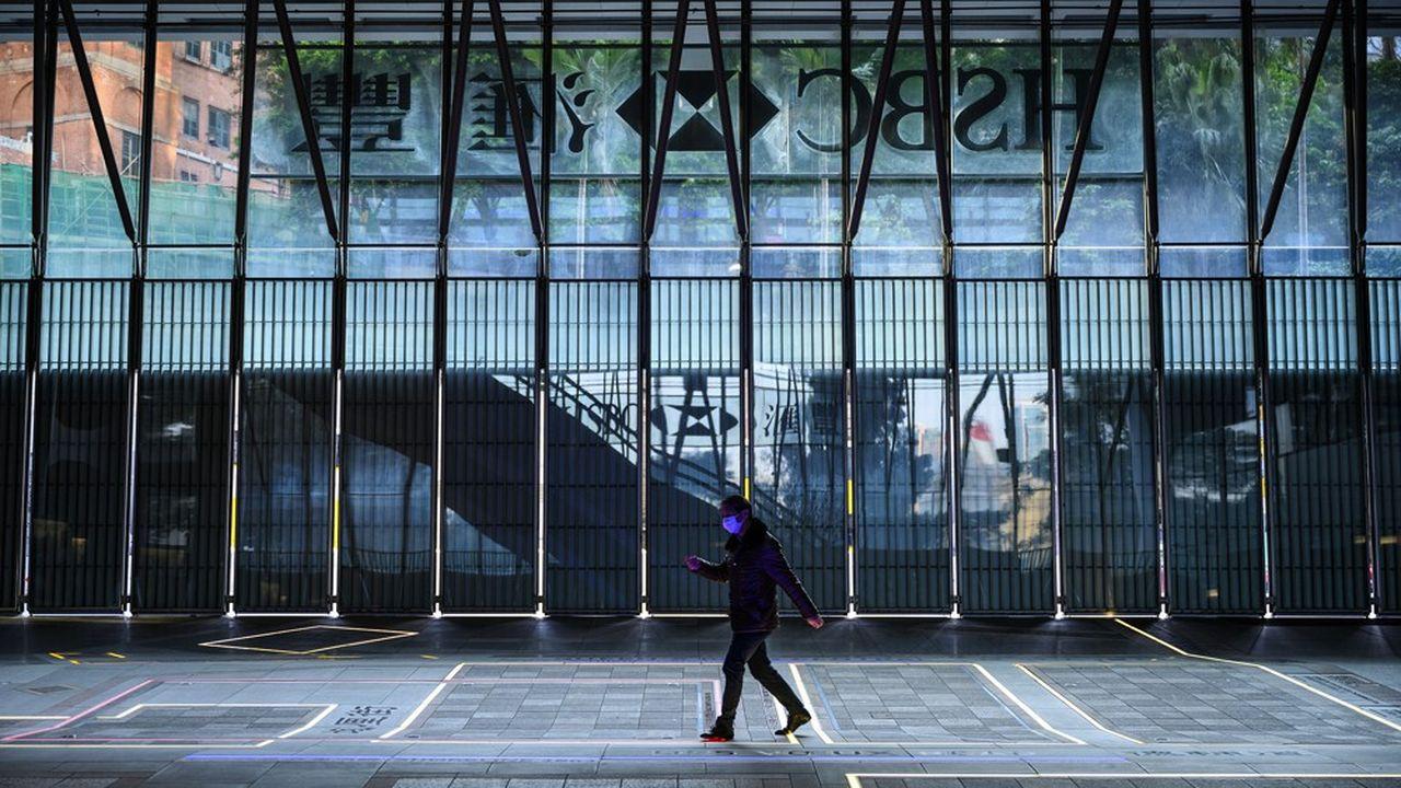 HSBC a suspendu jeudi sonplan de suppression de 35.000 emplois dans le monde.