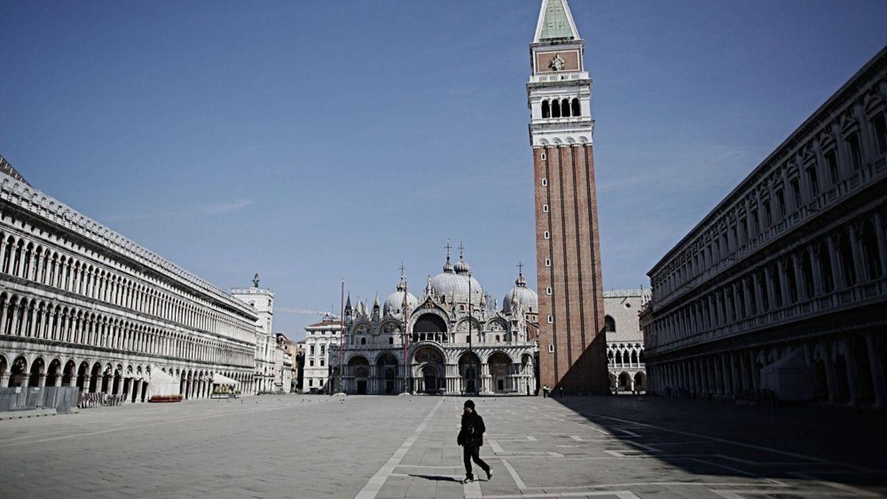 A Venise, comme dans tous les grands lieux touristiques du monde, les rues et places d'habitude bondées, sont désormais désertes.