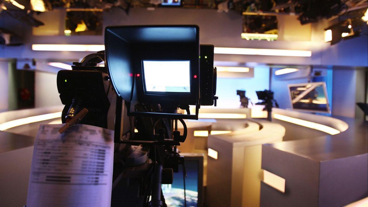 Les chaînes de télévision doivent adapter leur programmation en permanence dans cette période chahutée.