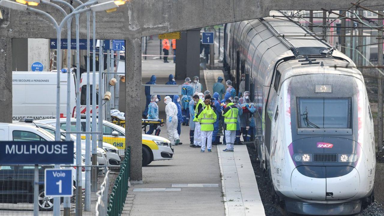 A bord des TGV, - baptisés «Chardon 2» et «Chardon 3» et aménagés en hôpital roulant -, quatre patients sont installés dans chaque voiture.
