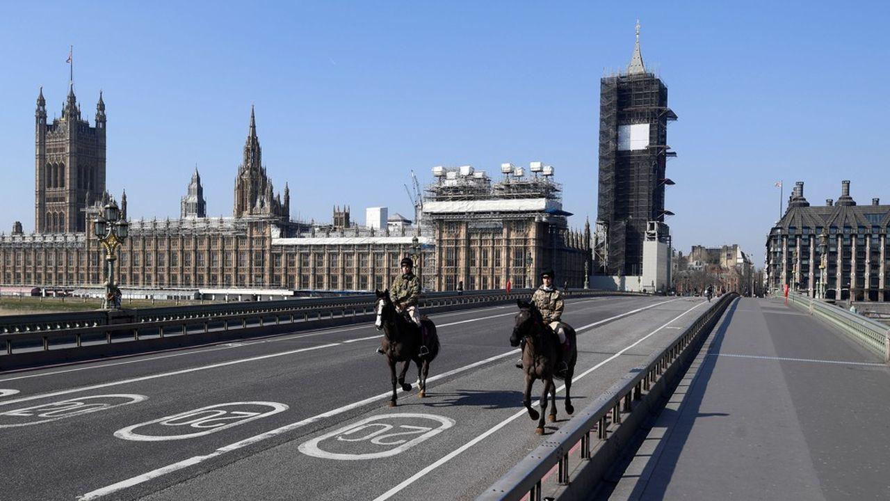Londres s'est résolue, une semaine après Paris, à confiner le peuple britannique. L'épidémie devrait y ralentir bientôt.