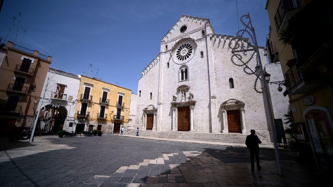 Une église dans le centre historique déserté de la ville de Bari, dans les Pouilles.