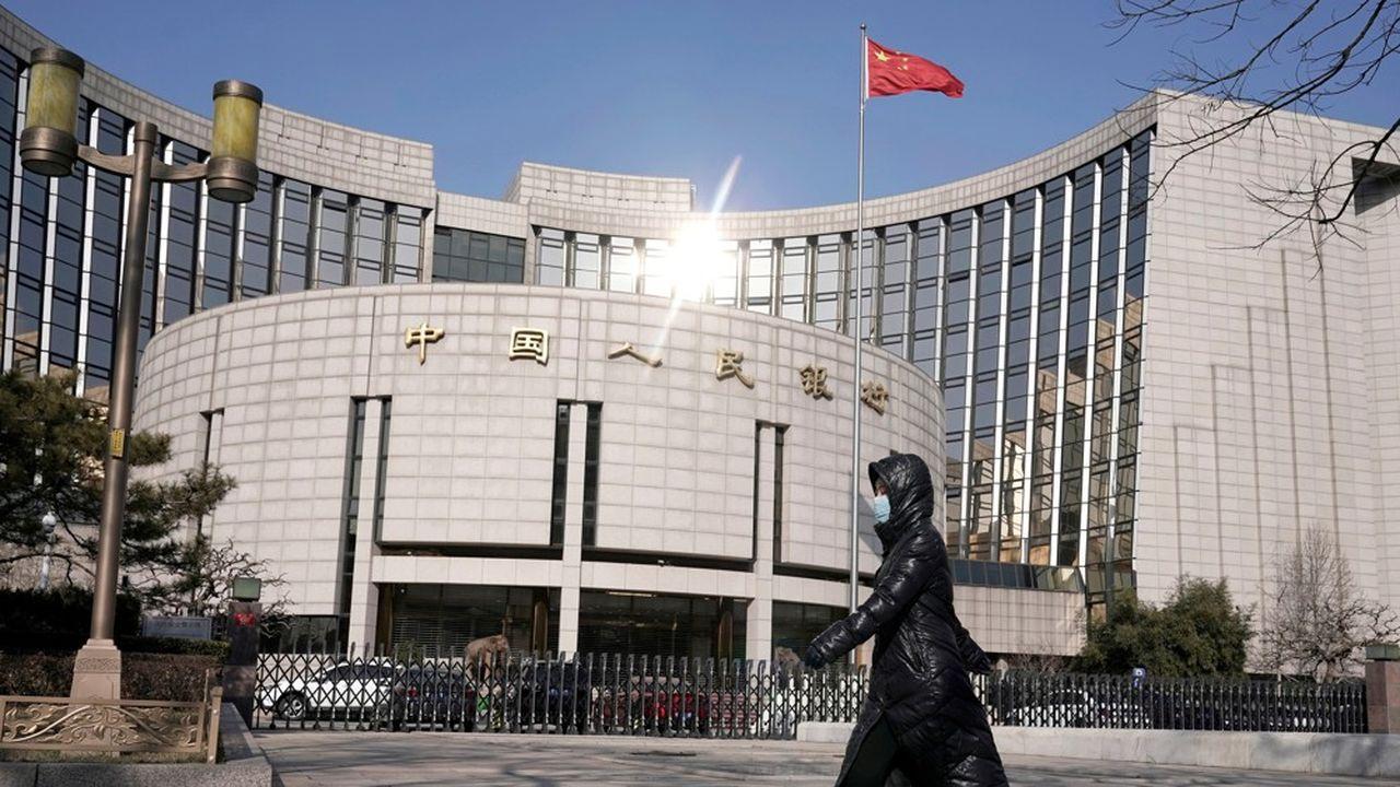 La banque centrale chinoise a surpris en baissant un de ses taux directeurs et en injectant 50milliards de yuans dans le marché monétaire.