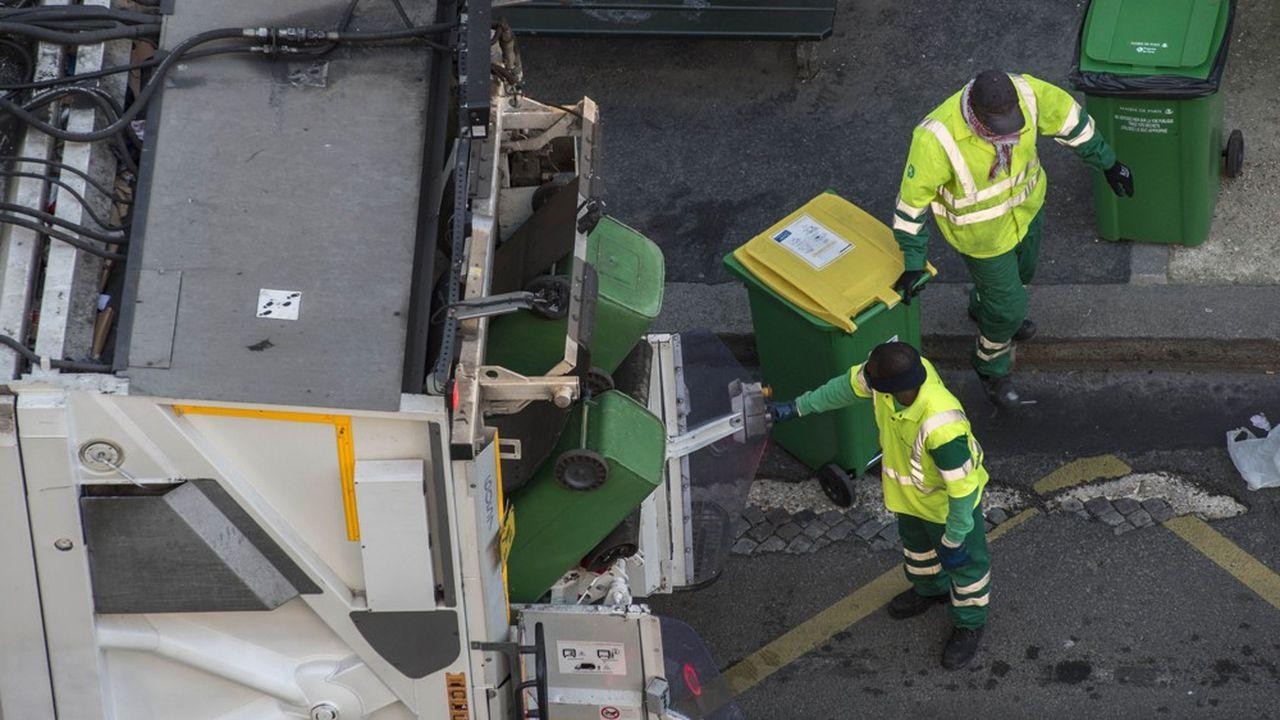 Selon l'enquête nationale de l'association de collectivités locales Amorce, au 23mars 42% des villes avaient fermé en tout ou partie leurs centres de tri des déchets pour protéger le personnel.