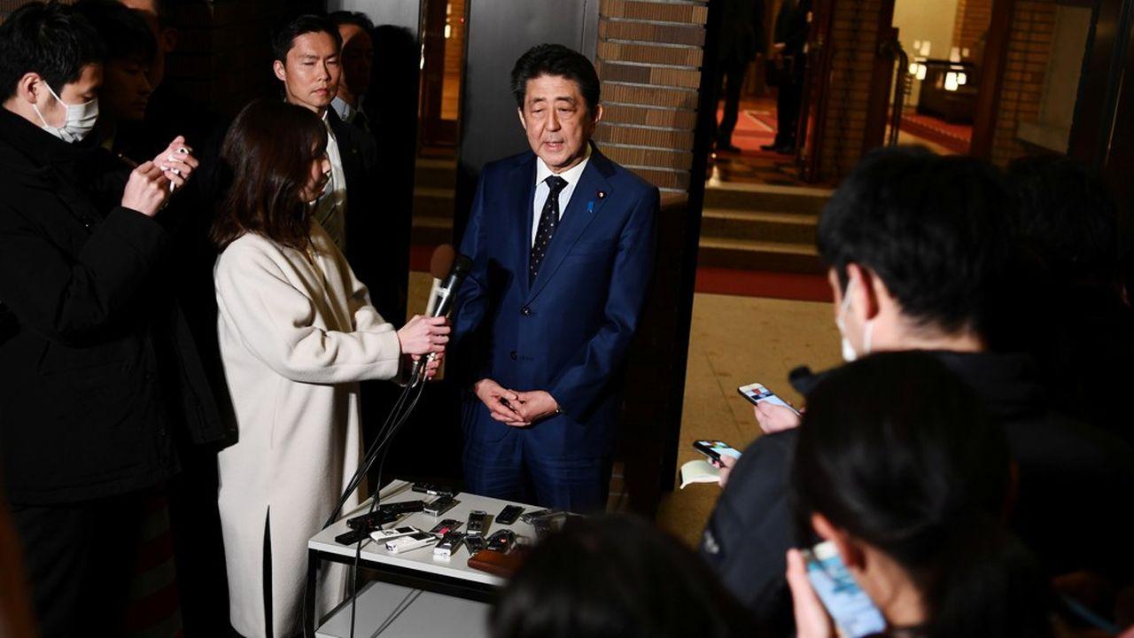 Le Premier ministre japonais Shinzo Abe a dû se résoudre à annoncer le report des Jeux Olympiques à l'été 2021.