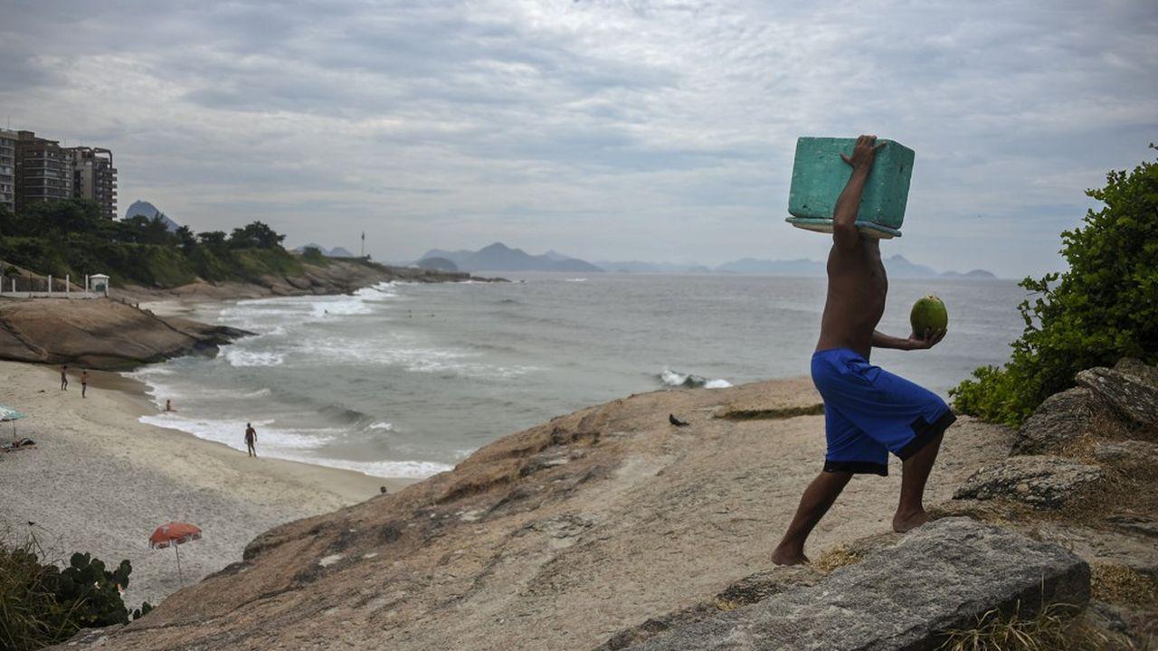 Un vendeur de plage à Rio de Janeiro. Elles sont désormais interdites au public pour éviter la propagation du covid-19.