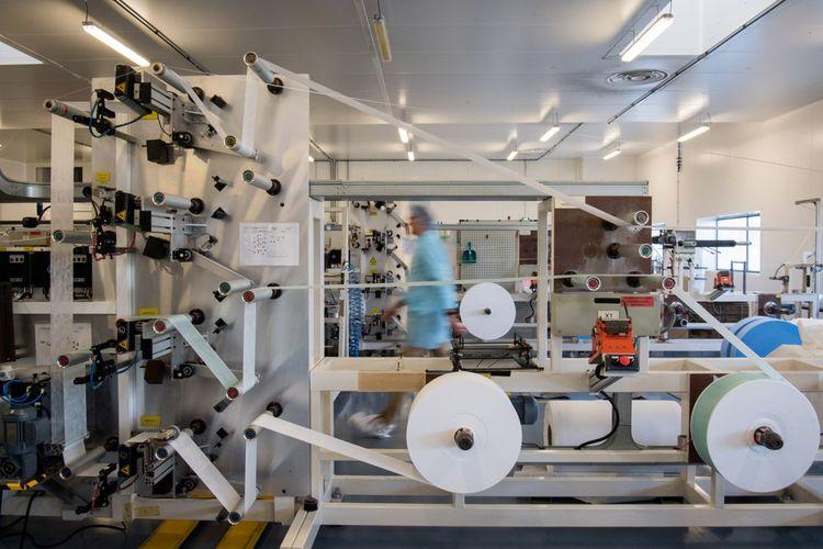 Depuis le 3 février, chez Kolmi-Hopen, les lignes automatisées de production de masques tournent vingt-quatre heures sur vingt-quatre, sept jours sur sept.