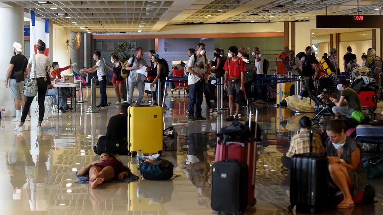 Des touristes français patientent dans l'aéroport de Ngurah Rai, en Indonésie, le 28mars.