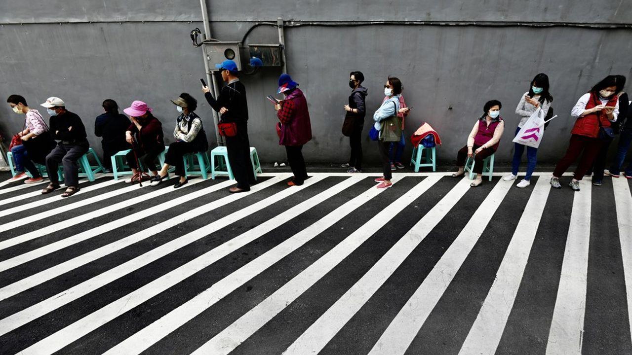Dès l'apparition de l'épidémie, Taïwan a interdit l'exportation des masques chirurgicaux et augmenté leur production. Les autorités leur ont, de plus, fixé un prix de vente très bas et limité le nombre que chaque Taïwanais peut acheter par semaine.