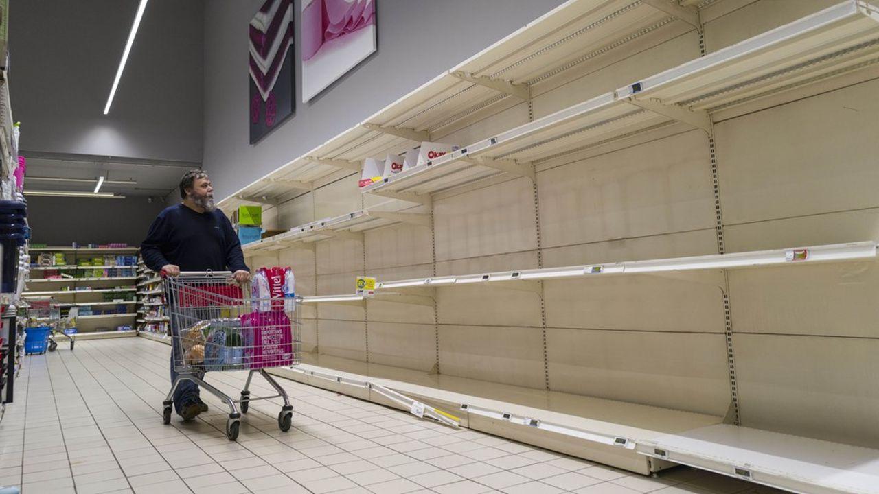 L'épidémie a vidé les rayons au début. Puis, les Français sont allés moins souvent dans les magasins et ont consommé leurs stocks.