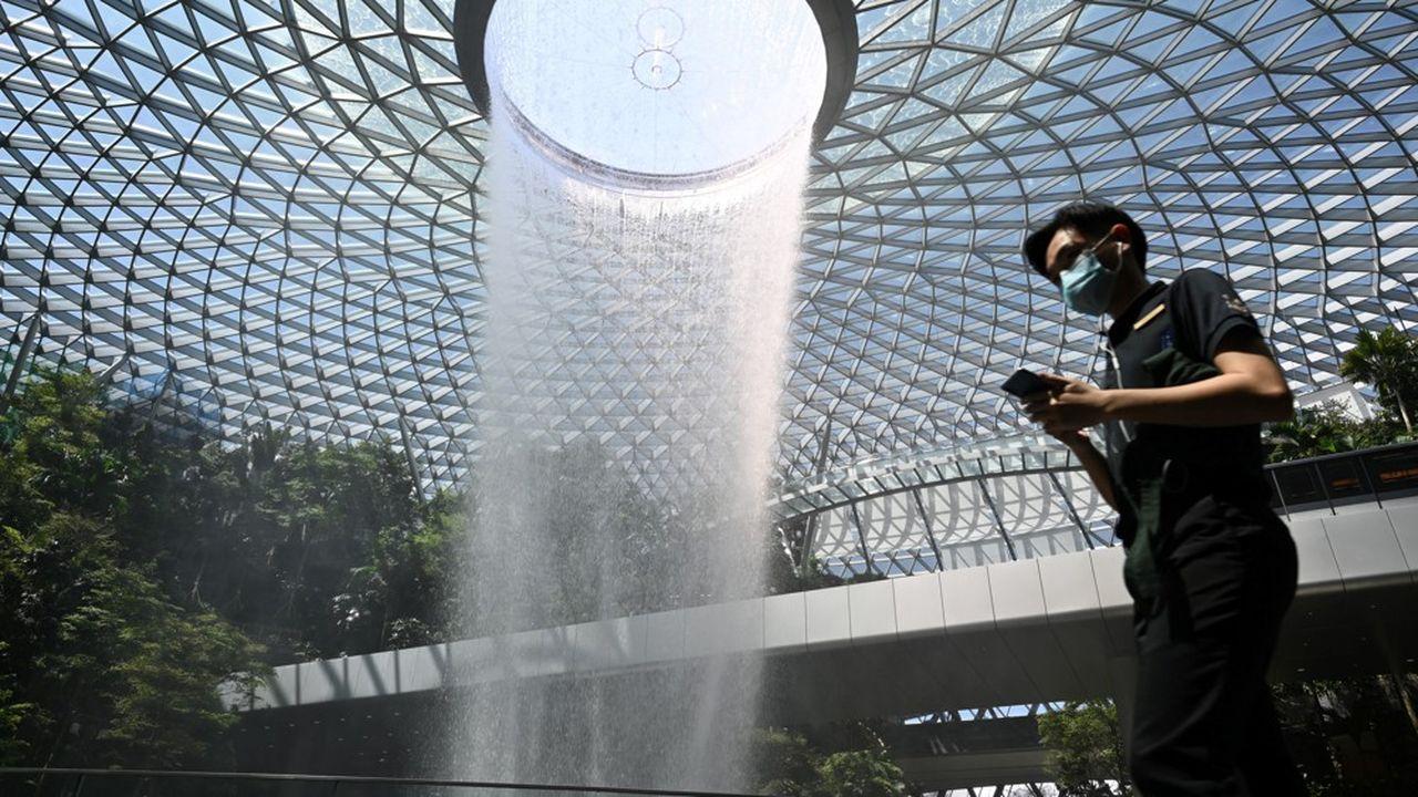 Singapour a développé une application pour smartphone utilisant les signaux Bluetooth pour enregistrer toute rencontre entre deuxpersonnes dans un rayon de quelques mètres.