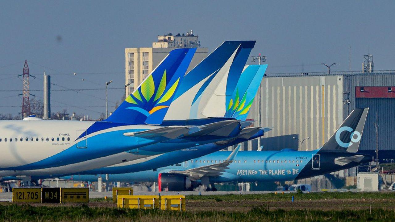 Alors que de nombreux avions restent cloués au sol, et que les mesures de confinement obligent leurs clients à rester chez eux, les voyagistes ont décidé de reporter les départs prévus dans les six semaines à venir.
