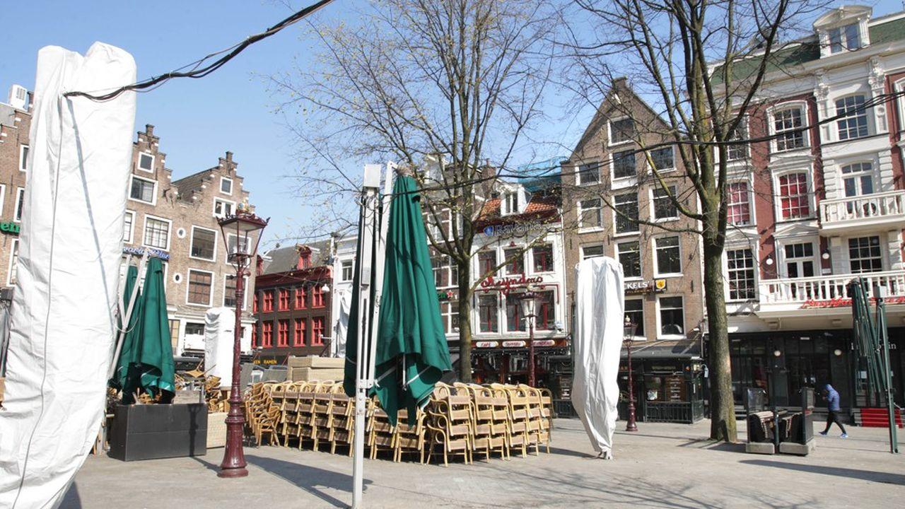 Le square Leidseplein à Amsterdam quasiment vide en ce vendredi 27mars. Le premier ministre n'a manifestement pas convaincu les Néerlandais de se contaminer les uns les autres.