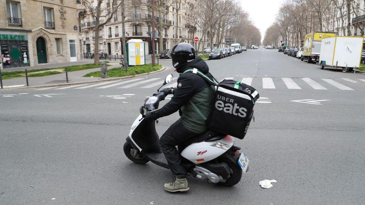 En France, le service d'Uber Eats sera proposé, dans un premier temps, au départ d'une vingtaine de magasins Carrefour, de Paris et de sa région parisienne puis sera «rapidement déployé à l'échelle nationale».