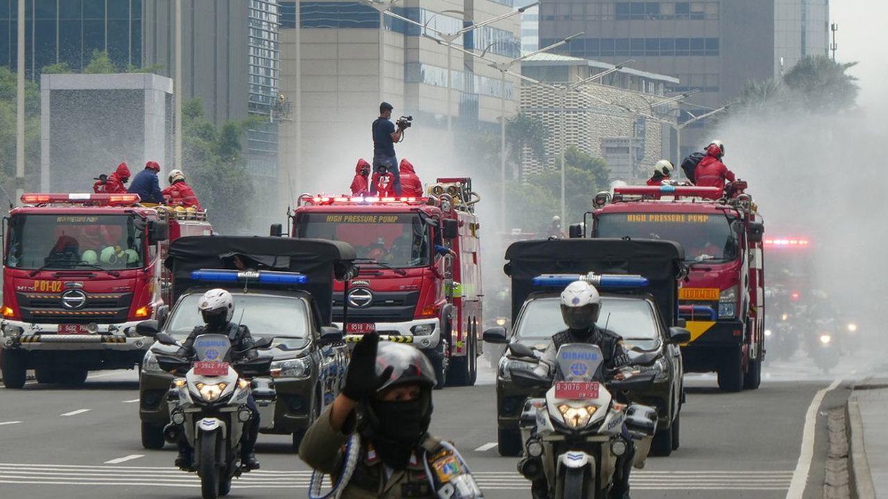 Jakarta, comme le reste de l'Indonésie, n'est pas confinée. Des opérations de désinfection à grande échelle ont lieu, assurées par les pompiers.
