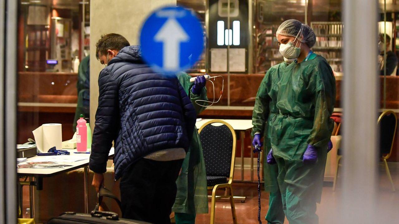 Des patients libérés de l'hôpital et des personnes qui doivent demeurer en isolation sont accueillis à l'hôtel Michelangelo, à Milan, pour poursuivre une quarantaine.
