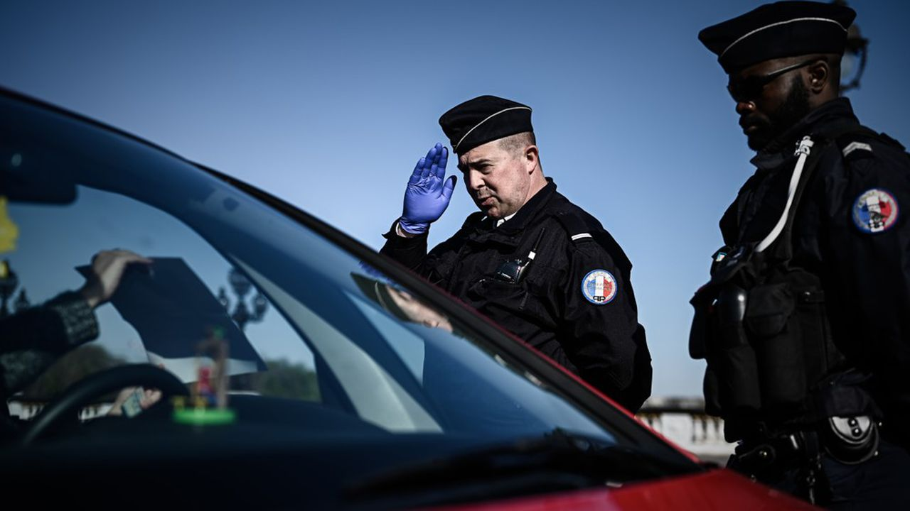 Des policiers effectuent le contrôle d'un automobiliste sans masque. Une denrée rare pour les gardiens de la paix.