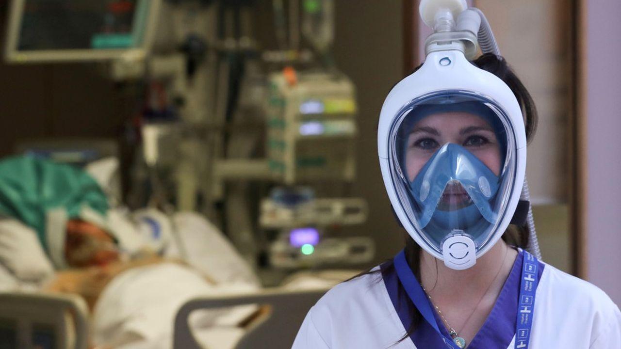 Une infirmière belge porte un masque de plongée Decathlon, modifié avec un composant imprimé en 3D, pour pallier le manque de respirateurs.
