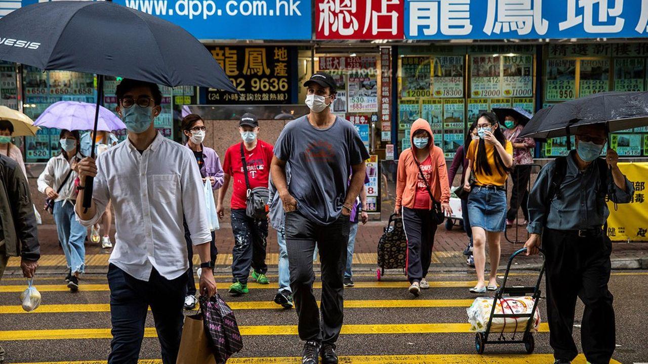 Dès le lundi 27 janvier, les masques apparaissent rapidement dans la population de Hong Kong. En quelques jours 99 % de la population en porte, sans la moindre injonction des autorités locales.