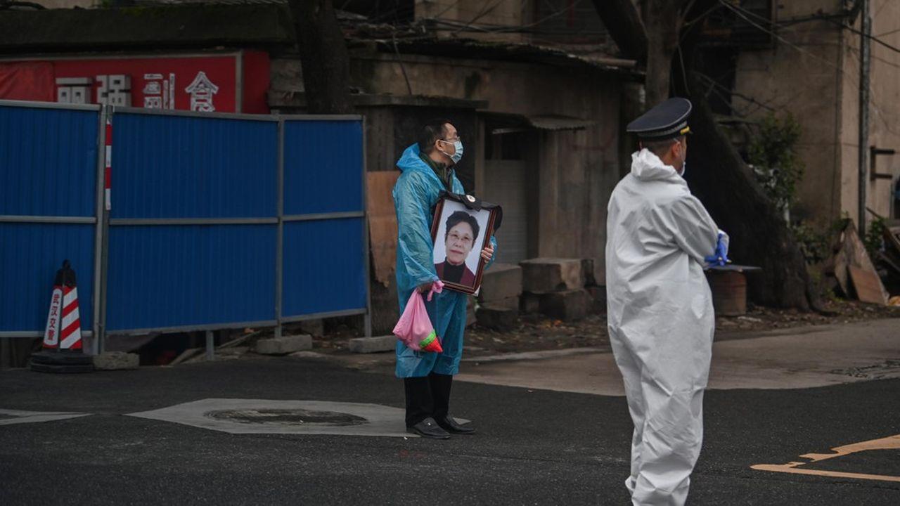 A quelques jours de la fête des Morts en Chine, les familles réclament les urnes funéraires de leurs membres décédés du coronavirus.