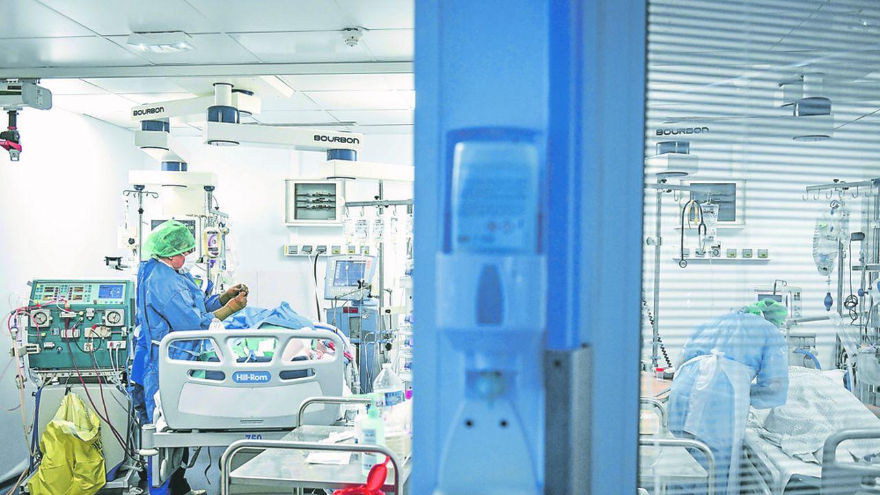 Au lieu de trois ou quatre jours, la durée moyenne des séjours en réanimation est de dix jours, avec des patients qui peuvent rester jusqu'à trois semaines